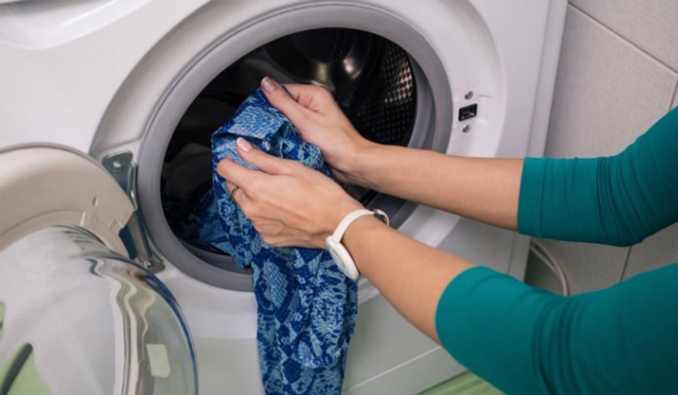 Cửa máy giặt lớn giúp bạn dễ dàng cho đồ ra vào hơn
