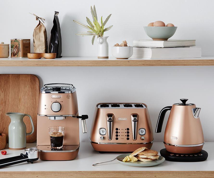 Hình ảnh một không gian bếp với sự xuất hiện của bộ 3 DeLonghi, tôn thêm vẻ nhã nhặn, tinh tế nhưng không kém phần sang trọng nhờ thiết kế độc đáo