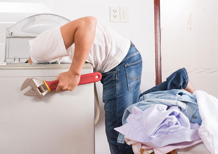 Tiến hành lắp máy giặt cửa trên theo quy trình