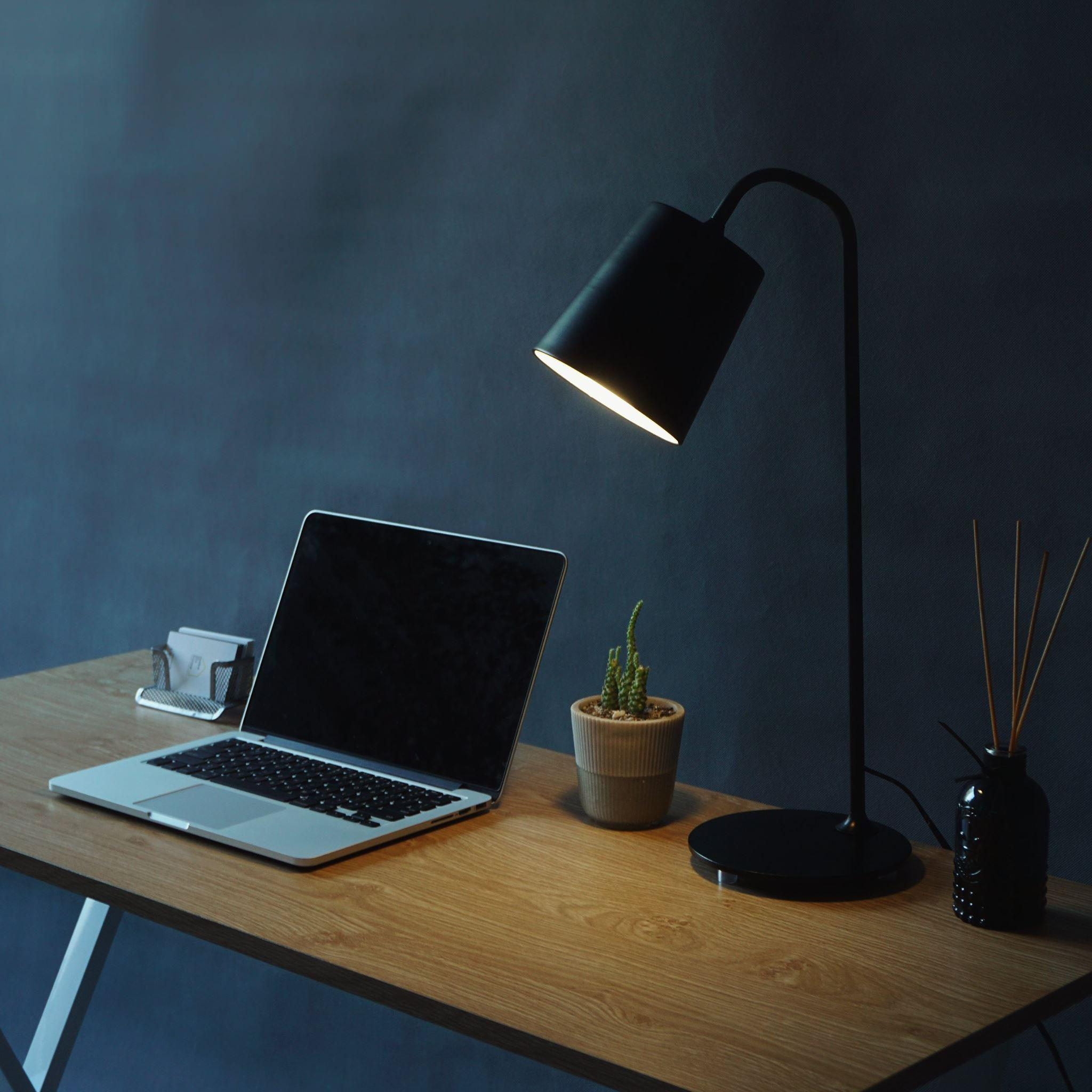 Đèn để bàn làm việc Panasonic vừa có công năng tốt vừa là vật trang trí hữu ích